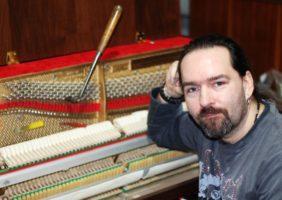"""""""Ladit dobré piano, to je zážitek,"""" – říká mistr klavírního řemesla Dan Vavrla"""